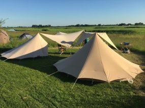 De Waard tenten in het veld Lauwersmeer Friesland