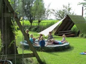 chillen op de trampoline van de camping Kollum Friesland
