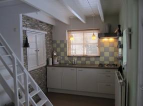 comfortabele keuken vakantiehuisje Friesland met vaatwasser