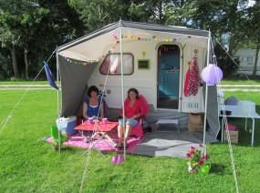 retro caravan op de camping Friesland