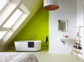 comfortabele slaapkamer met vrijstaand ligbad vakantiehuis