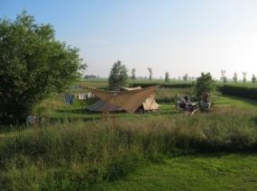natuurkampeerterrein met tentjes in het veld