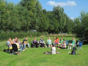 bedrijfsuitje teambuilding Friesland in het veld